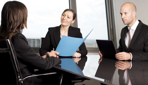 Fingir na entrevista de emprego